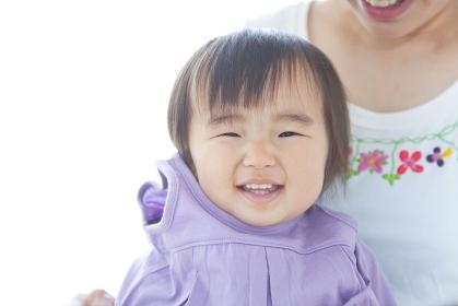 笑顔でお着替えする女児