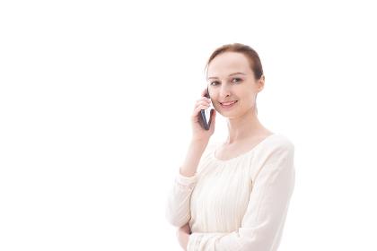 スマホで通話をする笑顔の若い女性