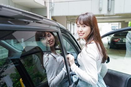 車に乗り込む女性