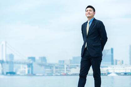 自身を持った表情のビジネスマン(全身)