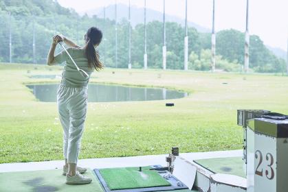 ゴルフ場で練習をする若い女性