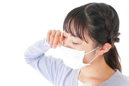 花粉症に苦しむ若い女性