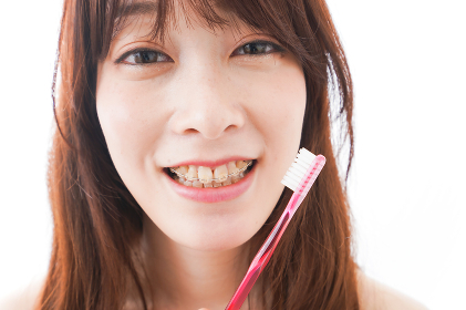 歯列矯正をする若い女性