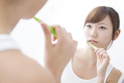歯を磨く女性