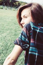 芝生に寝そべる女性