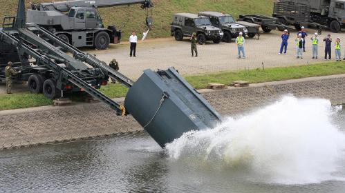 2014年実施の南海レスキューにて、92式浮橋のフロート投下