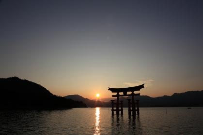 日没前の夕暮れの宮島 厳島神社の鳥居