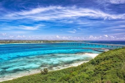 沖縄県・来間島 夏のエメラルドの海と来間大橋の風景