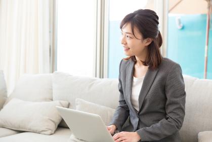 女性 ビジネス 接客 パソコン
