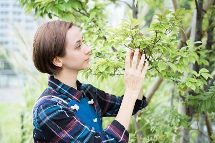 植物を観察する若い女性
