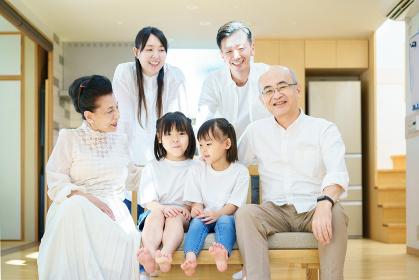 リビングルームに集まる3世代家族