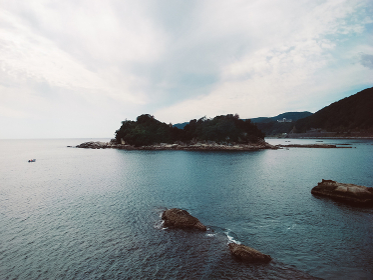 静かな海面の景勝地