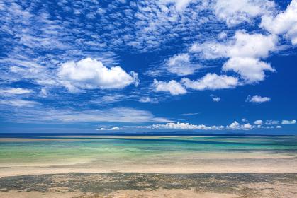 沖縄県・西表島 引き潮の海岸と夏の海の風景