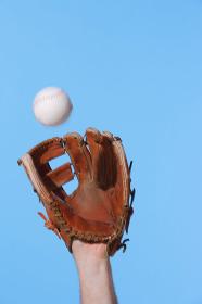 グローブで野球ボールを捕る瞬間