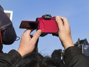 デジカメ,デジタルカメラ,撮影,ハイアングル,カメラ,晴天,晴れ,青空,快晴,屋外,写真機,人ごみ,雑沓,ひとごみ,混雑,写真,空,人,人物,手,