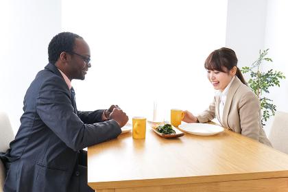 カフェでランチをするビジネスパーソン