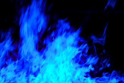 青い炎が勢いよく燃える画像