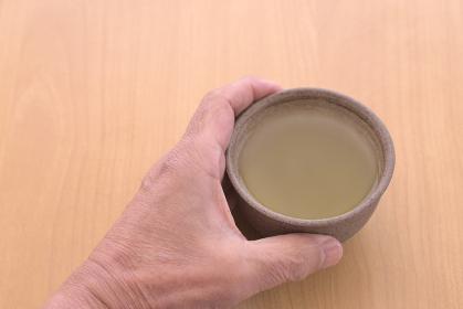 茶碗を持つシニアの手