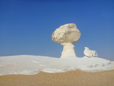 エジプト・バフレイヤの白砂漠にあるキノコ形状の奇岩