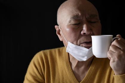 コロナウイルスで味覚障害の日本人シニア