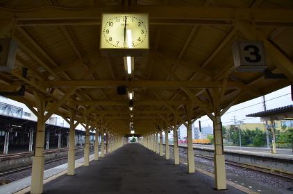 木造の柱が整然と並ぶ釧路駅2・3番線ホーム
