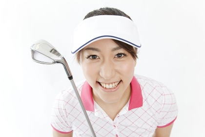 ゴルフクラブを持って微笑む女性