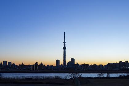 東京東側の夕方、河川敷