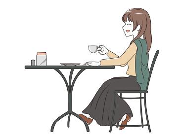 カフェでにこやかに過ごす女性 スカート