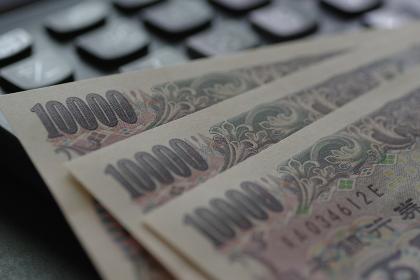 お金(一万円札)と電卓
