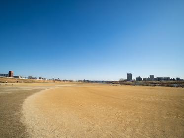 冬の荒川河川敷の風景