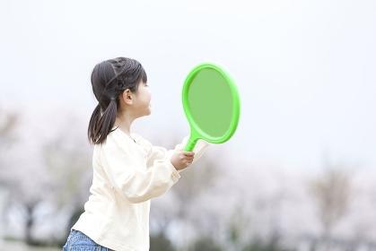 ラケットを持って遊ぶ女の子