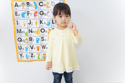 英語の勉強をする子供