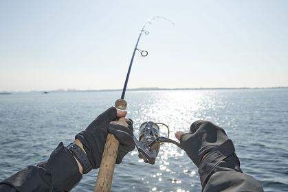 釣り竿を操る手