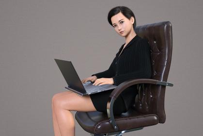 立派な皮の椅子に座り真剣な表情でパソコン業務をする女社長