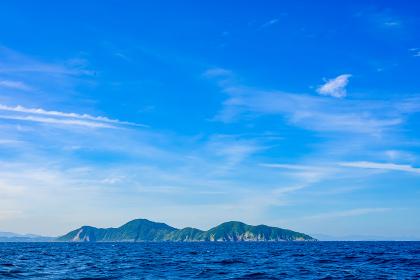 夏の綺麗な青空の玄界灘の筑前大島