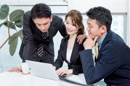 働く3名の人々・PC・協力・チームワーク