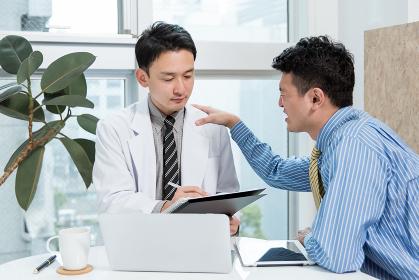 医者に泣きつく患者