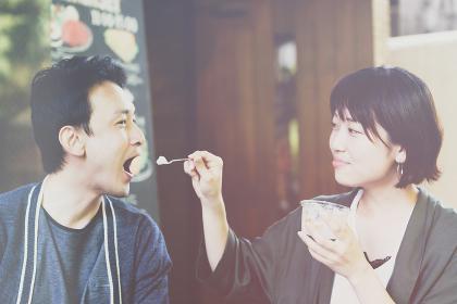 カフェでデザートを食べるカップル