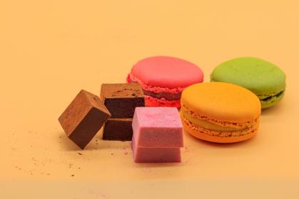 並べられたマカロンと生チョコレート