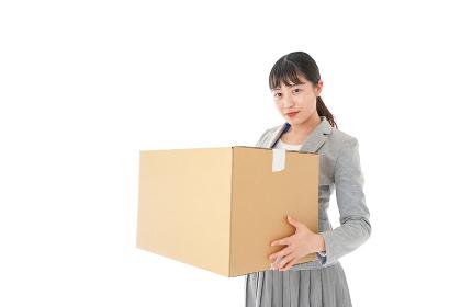 荷物を運ぶ若いビジネスウーマン