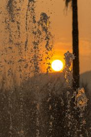 平和の泉の噴水と夕日