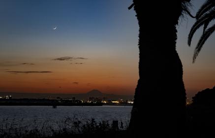夕暮れの富士山と三日月