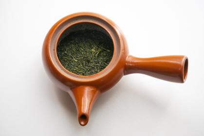 緑茶の茶葉の入った茶葉の急須