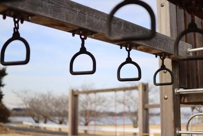 公園にある吊り輪の遊具