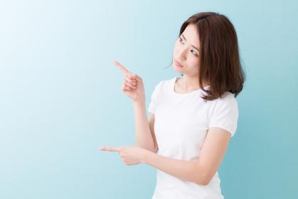 女性 指差し 考える
