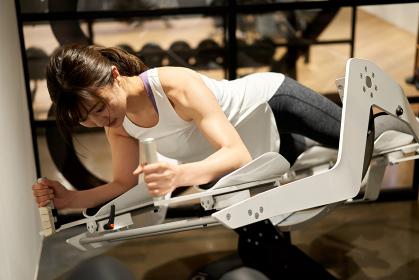 VRフィットネスマシンの練習をするアジア人女性