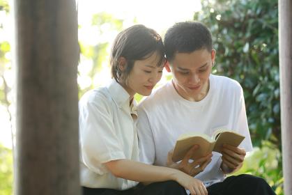 読書するカップル