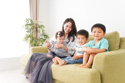 家族と楽しく遊ぶ子どもたち