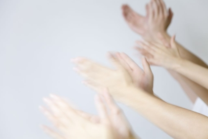 拍手する男女