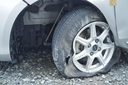 パンクした自動車のタイヤ